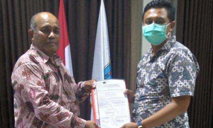 Kepala BPKAD Papua Barat Enos Aronggear (kanan) menerima berita acara pengembalian kerugian negara dari Kasipidsus Kejari Manokwari I Made Pasek Budiawan.